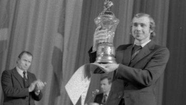 Январь 1980 года. Капитан «Спартака» Олег Романцев счемпионским кубком.