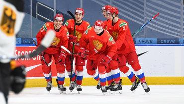 Хоккеисты сборной России празднуют заброшенную шайбу.