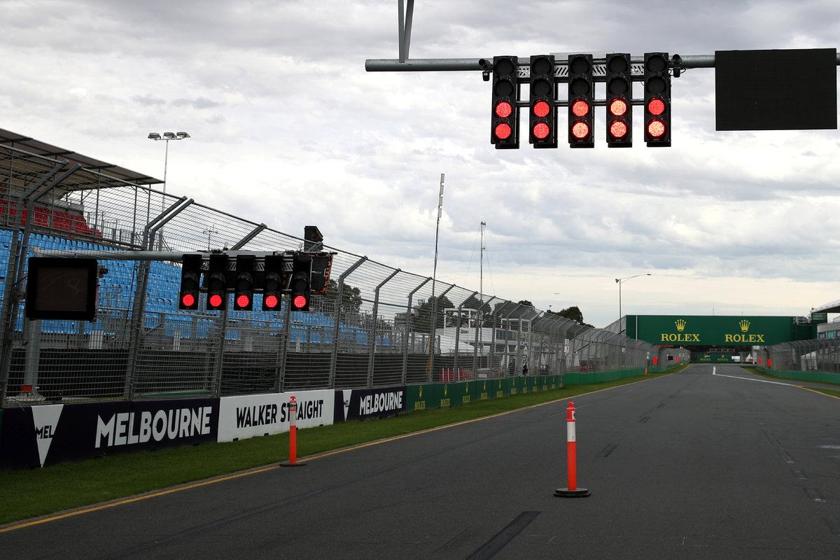 В «Формуле-1» готовятся котмене старта сезона. Ковидное проклятие продолжается