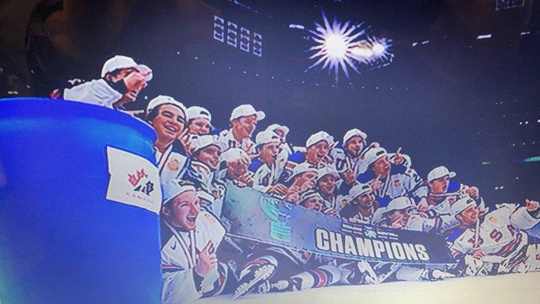 Хоккеисты молодежной сборной США после победы вМЧМ-2021 сфотографировались рядом сконтейнером.