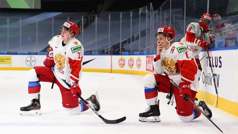 Хоккеисты молодежной сборной России после поражения отФинляндии (1:4). Фото IIHF