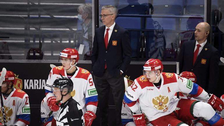 Игорь Ларионов схоккеистами молодежной сборной России. Фото Reuters