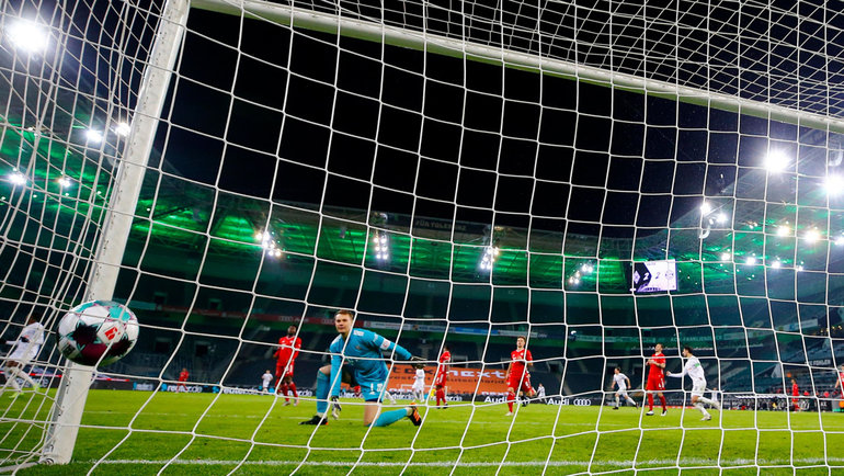 8января.  Менхенгладбах. «Боруссия»  — «Бавария»— 3:2 (2:2). Вратарь мюнхенцев Мануэль Нойер пропускает решающий гол.