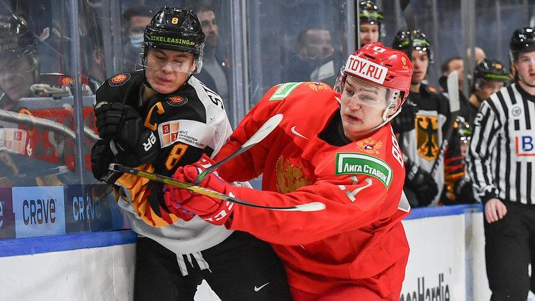 Захар Бардаков (справа). Фото IIHF