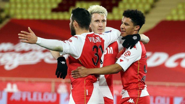 9января, «Монако»— «Анже»— 3:0. Кевин Фолланд отмечает забитый гол вместе сАлександром Головиным. Фото AFP