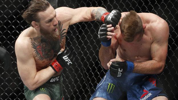 Конор Макгрегор в бою с Дональдом Серроне. Фото Denversport.com