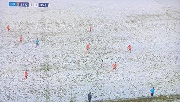 Футболисты «Сивасспора» вбелой форме нафоне снежного газона. Выихвидите?