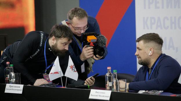 Василий Вакуленко (справа) дает интервью.