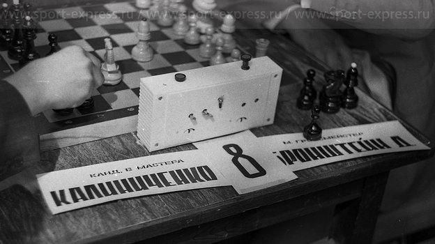 """Август 1979 года. Сокольники. Кандидат вмастера против гроссмейстера. Фото Александр Федоров, """"СЭ"""""""