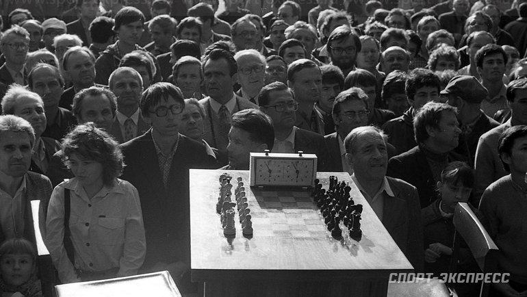 """Август 1984 года. Сокольники. Вожидании шахматного пиршества. Фото Александр Федоров, """"СЭ"""""""
