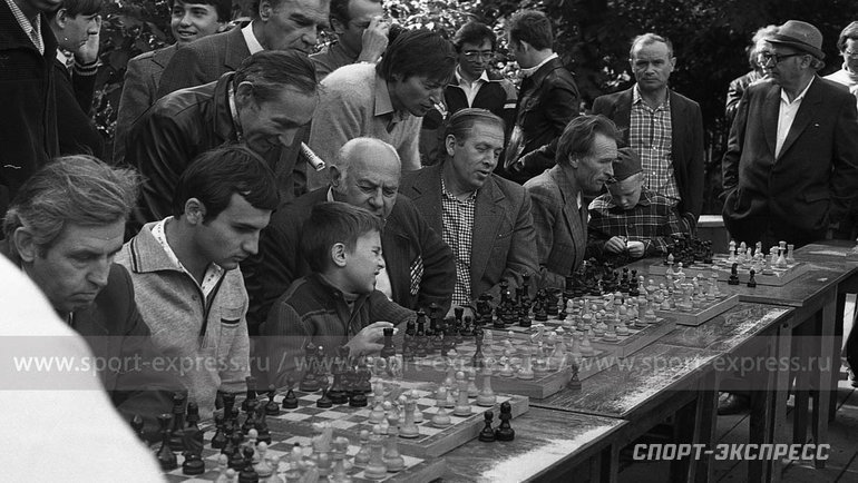 """Август 1984 года. Сокольники. Сколько людей, столько имнений. Фото Александр Федоров, """"СЭ"""""""