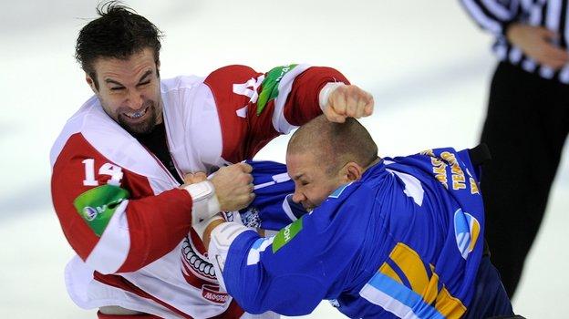 Тревор Гиллис против Джона Мирасти. Фото photo.khl.ru