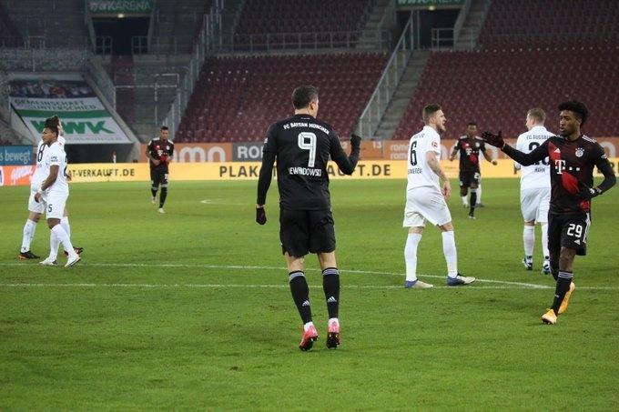 """Аугсбург"" - ""Бавария"" - 0:1. Роберт Левандовски (в центре) отмечает гол. Фото ""Бавария"""