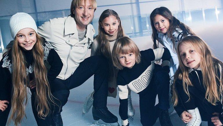 Евгений Плющенко с сыном Александром и воспитанницами. Фото Instagram