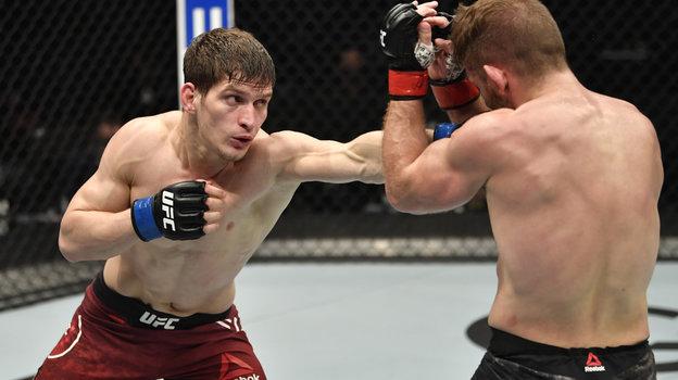 24января. Абу-Даби. UFC 257. Российский боец Мовсар Евлоев (слева) одержал победу над Ником Ленцом изСША. Фото Reuters