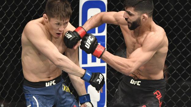 24января. Абу-Даби. UFC 257. Казахстанец Жалгас Жумагулов (слева) проиграл швейцарцу Амиру Албази. Фото Reuters