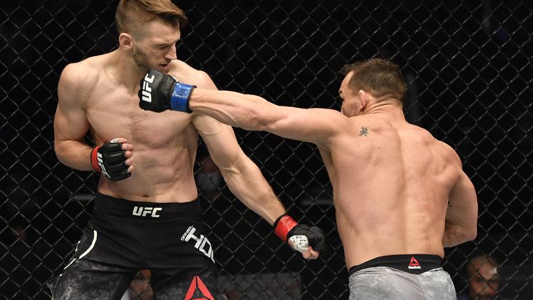 Майкл Чендлер (справа) нокаутировал Дэна Хукера. Фото USA Today Sports