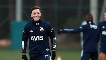 Езил провел первую тренировку в «Фенербахче». Выглядит счастливым