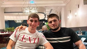 Футболист «Спартака» Бакаев показал фото сХабибом: «Ужин счемпионом»