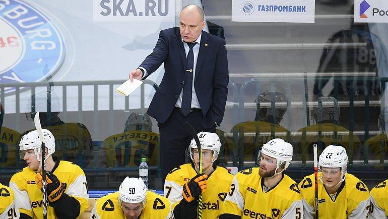 Главный тренер «Северстали» Андрей Разин наскамейке команды. Фото ХК «Северсталь»