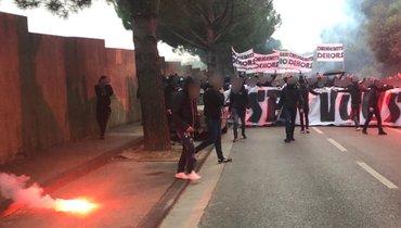 Фанаты «Марселя» атаковали базу клуба: они забросали территорию дымовыми шашками