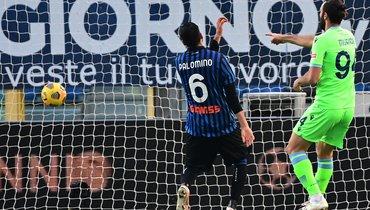 31января. Бергамо. «Аталанта»— «Лацио»— 1:3. 82-я минута. Форвард гостей Ведат Муричи (справа) забивает третий мяч.