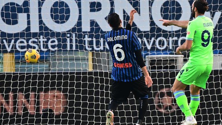 31января. Бергамо. «Аталанта»— «Лацио»— 1:3. 82-я минута. Форвард гостей Ведат Муричи (справа) забивает третий мяч. Фото AFP