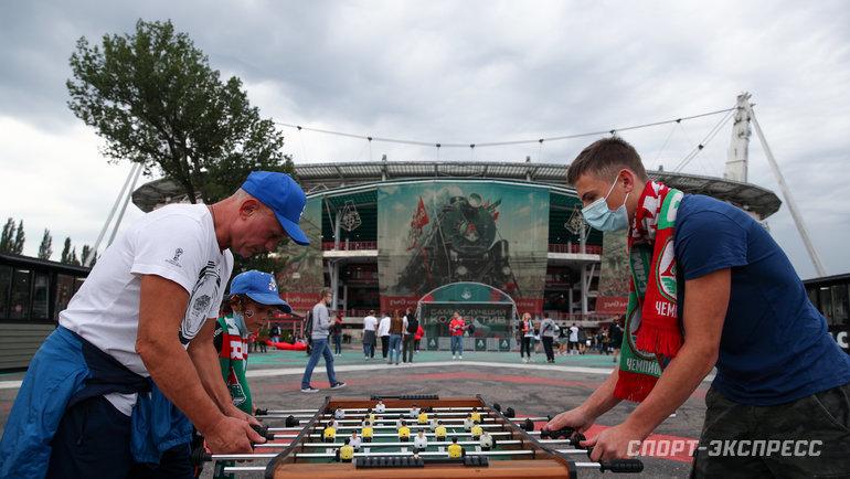 Болельщики играют внастольный футбол. Фото Дарья Исаева, «СЭ» / Canon EOS-1D X Mark II