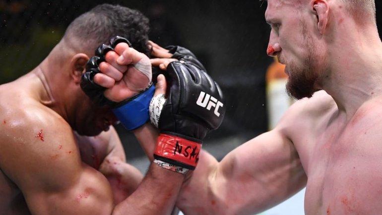 Александр Волков (справа) иАлистар Оверим. Фото UFC