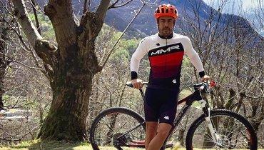 Фернандо Алонсо сбила машина вовремя его поездки навелосипеде.