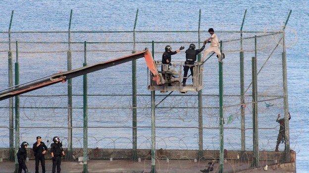 Ограждение в испанском эксклаве Сеута. Фото infomigrants
