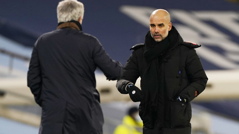 13февраля. Манчестер. «Манчестер Сити»— «Тоттенхэм»— 3:0. Жозе Моуринью иХосеп Гвардиола (справа). Фото Reuters
