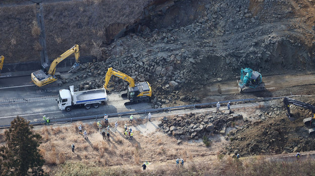 14февраля. Сома. Ликвидация последствия оползня после землетрясения впрефектуре Фукусима.
