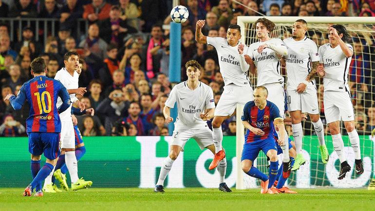 8марта 2017 года. Барселона. «Барселона»— «ПСЖ»— 6:1. Лионель Месси (слева) бьет штрафной. Фото AFP