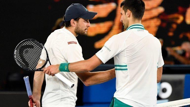 Новак Джокович (справа) иАслан Карацев. Фото Reuters