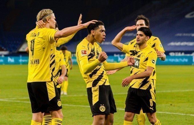 «Шальке»— «Боруссия»— 0:4. Дортмундцы празднуют гол Эрлина Холанна (нафото слева). Фото ФК «Боруссия» Дортмунд