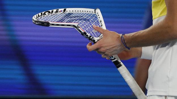 Даниил Медведев вфинальном матче был очень расстроен своей игрой. Гнев обрушился наракетку. Фото AFP