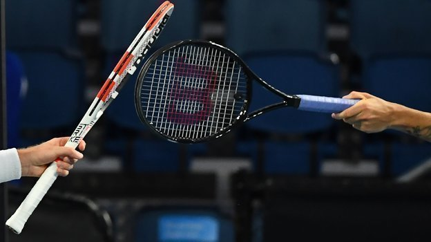 Из-за ограничительных мер, связанных скоронавирусом, теннис иногда превращался вфехтование. Фото AFP