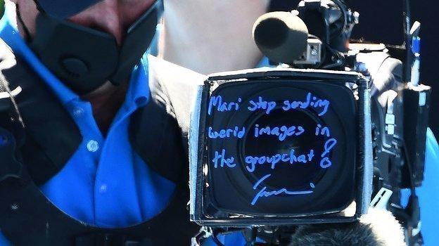 Обычно теннисисты расписываются накамере после победы, ноНаоми Осака пошла дальше иоставила целое послание для своей сестры: «Мари, хватит кидать странные фотки вобщий чат». Фото AFP