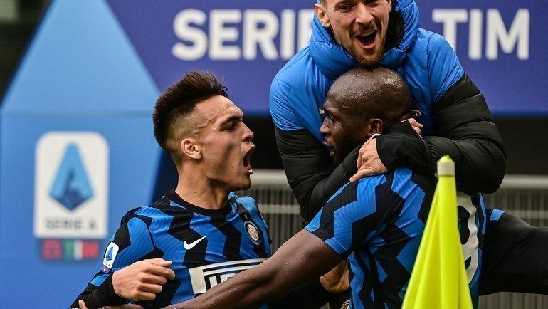 21февраля. Милан. «Милан»— «Интер»— 0:3. Лаутаро Мартинес иРомелу Лукаку празднуют забитый гол. Фото AFP