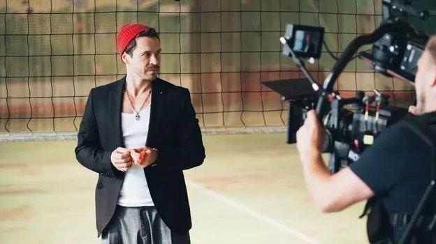 Павел Деревянко вовремя съемок сериала «Дылды». Фото СТС