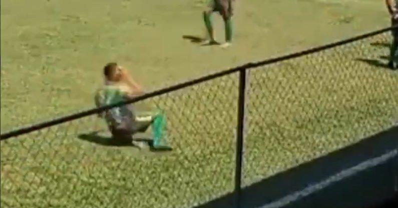 Игрок бьет себя камнем. Фото Twitter