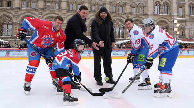 Навбрасывании дети, прославленные хоккеисты Александр Гуськов иАлександр Свитов икапитаны команд Владимир Уткин иНиколай Ханин.