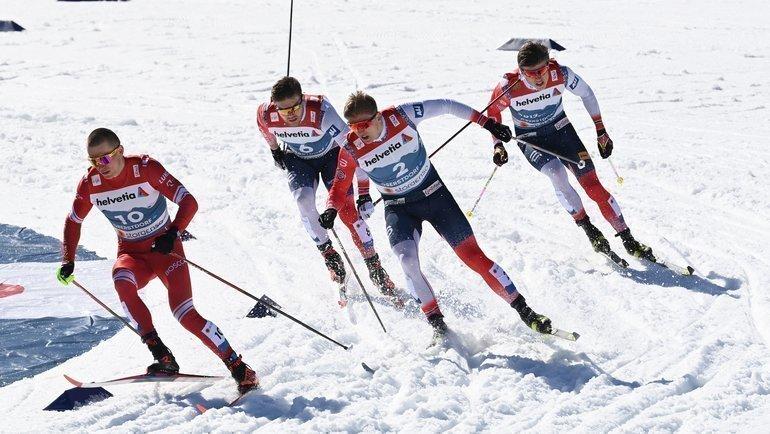 Александр Большунов опережает норвежцев. Фото AFP