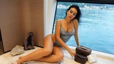 «Нельзя такое показывать перед сном». Невеста Роналду попала наобложку журнала внижнем белье