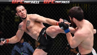 Никита Крылов (слева) проиграл Магомеду Анкалаеву натурнире UFC Fight Night 186.