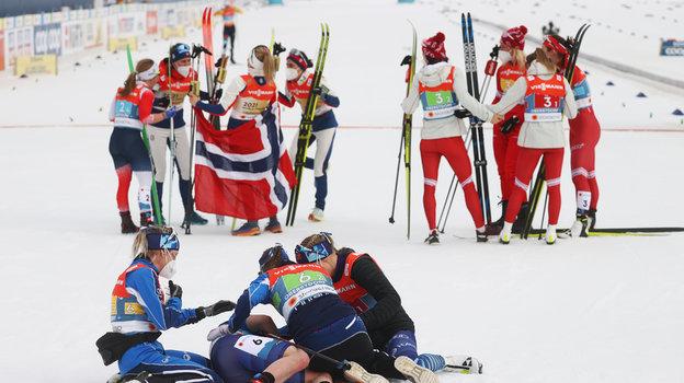 4марта. Оберстдорф. Девушки изсборных Норвегии (слева), России (справа) иФинляндии (напереднем плане) после финиша.