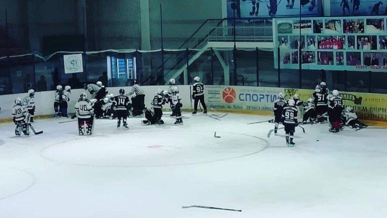 10-летние хоккеисты устроили массовую драку вовремя матча вОренбургской области.