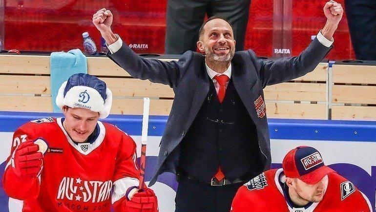 Комментатор Дмитрий Федоров (вцентре) наматче Всех звезд КХЛ. Фото Instagram