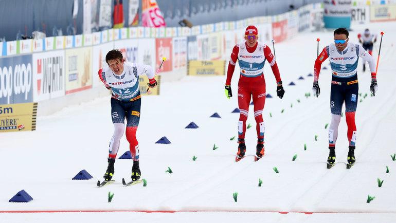 Йохеннас Клебо, Александр Большунов иЭмиль Иверсен нафинише. Фото Reuters